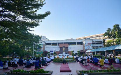 นักศึกษาหลักสูตรครุศาสตรบัณฑิต สาขาวิชาพุทธศาสนศึกษาเข้าร่วม กิจกรรมตักบาตวันพุธวิถีใหม่ กายห่างไกล ใจใกล้ธรรม ครั้งที่ 1 ภาคเรียนที่ 1 ปีการศึกษา 2563 มหาวิทยาลัยราชภัฏนครราชสีมา