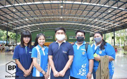 นักศึกษาสาขาวิชาพุทธศาสนศึกษา ร่วมปฏิบัติหน้าที่ในการช่วยกันขนถ่ายสิ่งของในบาตรพระสงฆ์วัดป่าศรัทธารวม จำนวน 22 รูป เนื่องในวันบูรพาจารย์